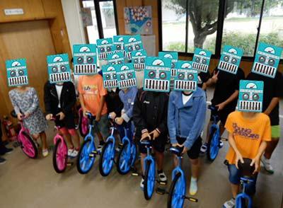 一輪車に乗る生徒たち